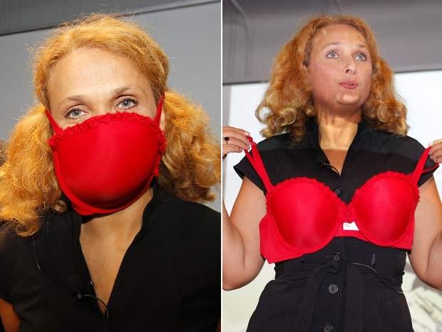 Elena Bodnar mostra sua invenção, um sutiã que vira máscara de proteção. (Foto: Adam Hunger/Reuters)