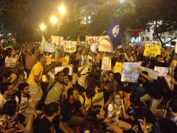 Manifestantes protestam contra o aumento da passagem em Niterói (Foto: Luís Bulcão/ G1)