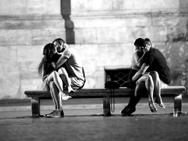 qui, dois casais se beijam na romântica capital italiana, Roma (Foto: Ignacio Lehmann/BBC)