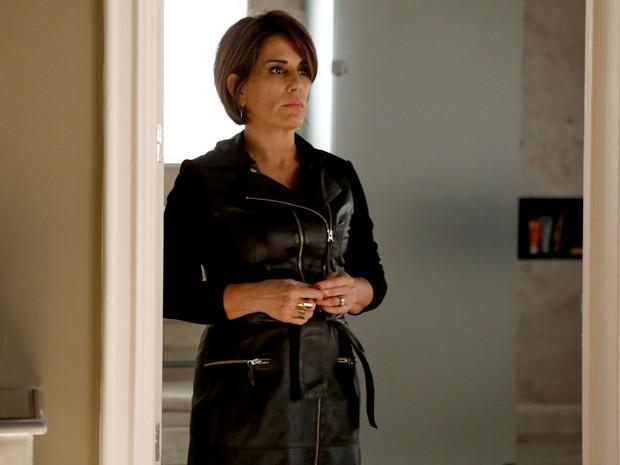 Beatriz com vestido preto que enrola no corpo (Foto: TV Globo)