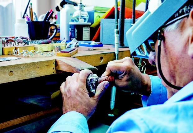 O processo artesanal da lapidação do diamante (Foto: Other/ Getty Images / Reprodução)
