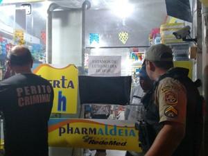 Peritos e PMs chegam à farmácia de Aldeia onde cliente foi morto por bandidos (Foto: Bruno Grubertt/TV Globo)