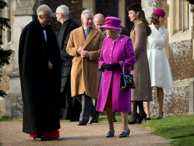 A Rainha Elizabeth II com o Príncipe Charles e a Duquesa Kate ao fundo (Foto: Matt Dunham/AP)