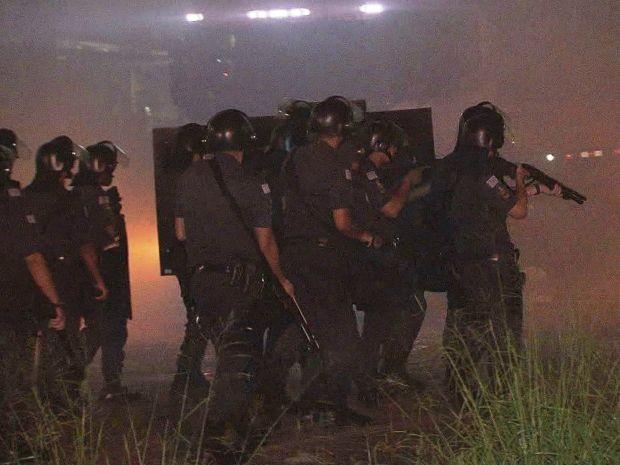 Polícia precisou intervir para liberar a pista (Foto: Reprodução/TV Tribuna)