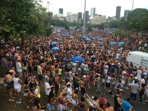 Foliões permanecem no Aterro do Flamengo mesmo após o fim do bloco