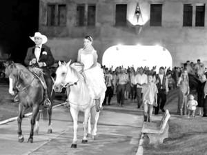 Casal seguiu a cavalo para festa após cerimônia (Foto: Rayrany Mattos / Arquivo Pessoal)