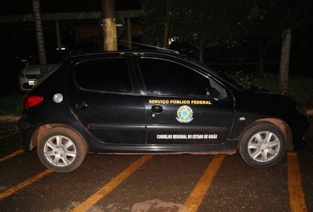 Condutor dirige carro com adesivos da Polícia Federal em Goiás (Foto: Divulgação/ PRF-GO)