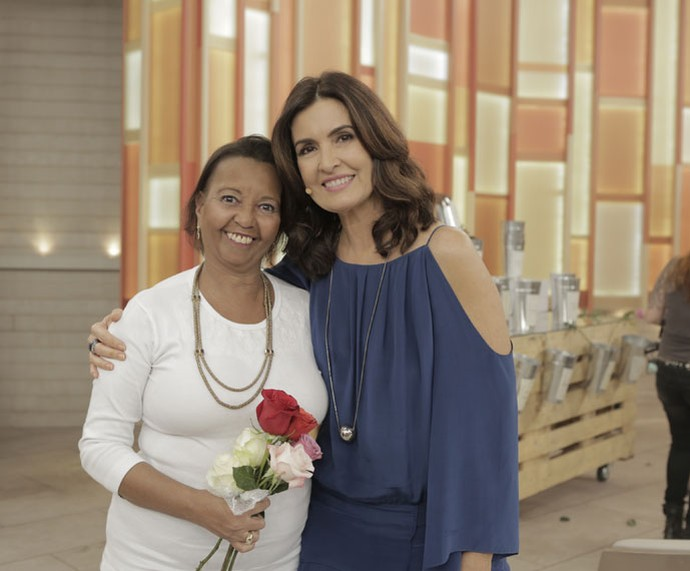 Fátima tira foto com convidada nos bastidores  (Foto: Ellen Soares/Gshow)