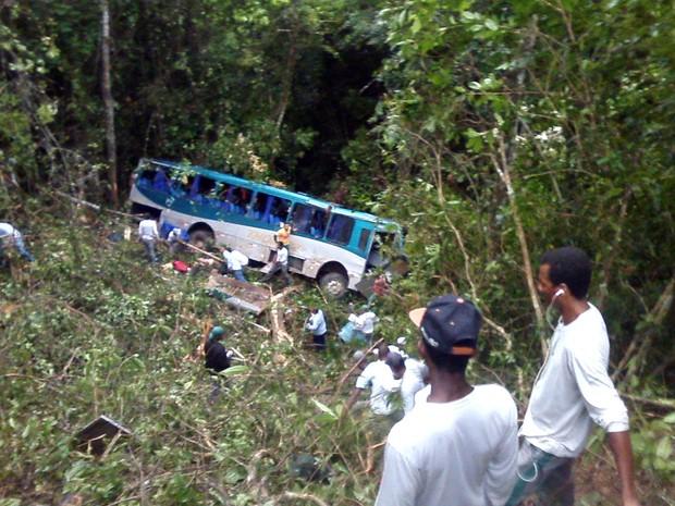 Ônibus com 34 trabalhadores cai em ribanceira na Bahia (Foto: Viviane Moreira / Site O Povo News)