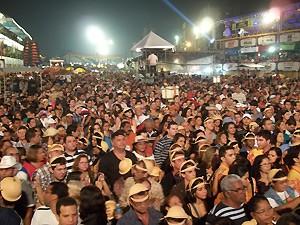 Multudão prestigiou o show de Elba Ramalho no Parque do Povo (Foto: Rafael Melo/G1)