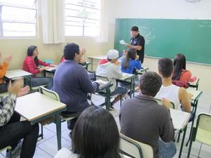 Altair cantando rap durante as aulas de história (Foto: Mariane Rossi/G1)