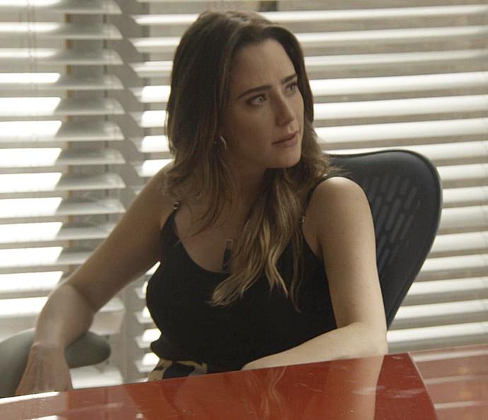 A advogada espera pelo ex na antiga sala de Camila (Foto: TV Globo)