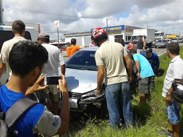 Vítima foi morta dentro do carro; crime atraiu muitos curiosos  (Foto: Divulgação/PM)