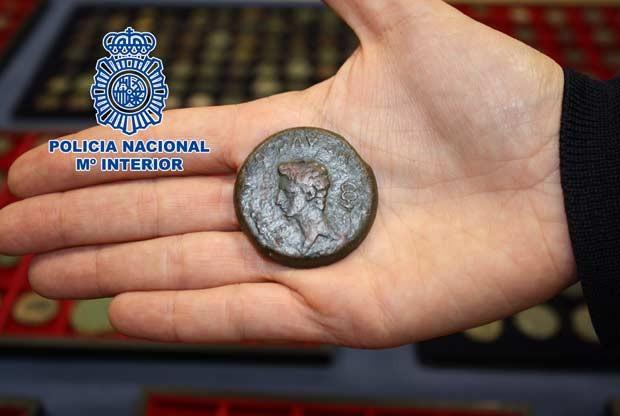 Foto divulgada pela polícia espanhola mostra a moeda recuperada (Foto: AFP)
