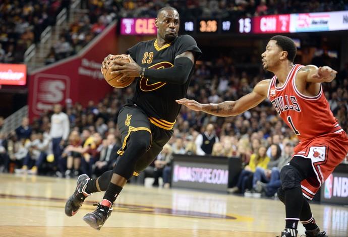 ccc69c71a634 LeBron James parte para cima da marcação de Derrick Rose (Foto  Reuters)