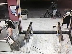 Policial foi baleado por suspeitos em São Vicente (Foto: Reprodução/G1)
