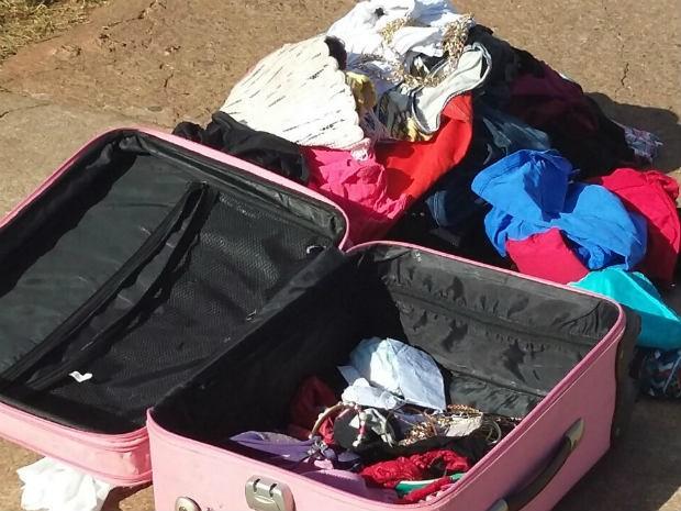 Mala rosa com roupas foi encontrada próximo à rodoviária do Plano Piloto (Foto: Pedro Borges/G1)
