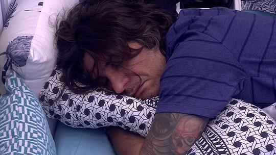 Ilmar dorme sozinho no Quarto Azul