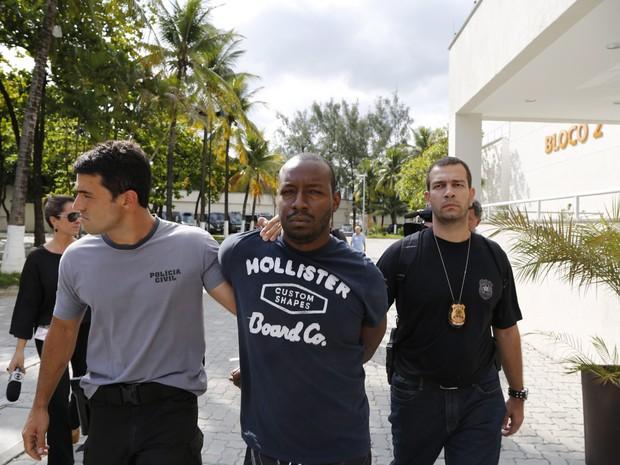 Piná foi levado de helicóptero para a Cidade da Polícia (Foto: Fabio Rossi / Agência O Globo)