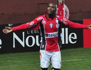 Adailton comemora o gol que marcou contra o Ipatinga na Arena (Foto: Zilmo J. Nunes, JEC)