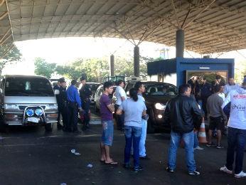 """Manifestantes paraguaios pedem o fim da """"tolerância zero"""" contra o contrabando (Foto: Francielle Lopes / RPC TV)"""