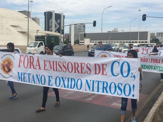 Manifestantes fazem marcha no Eixo Monumental, em Brasília, pedindo redução na emissão de gases estufa (Foto: Alexandre Bastos/G1)