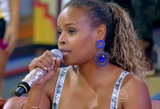 Roberta Rodrigues conta no Esquenta que sofre preconceito por causa do cabelo crespo (Foto: TV Globo/Esquenta)