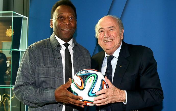 b9ccf62c89 pelé ao lado de Joseph Blatter brazuca (Foto  Agência Getty Images)