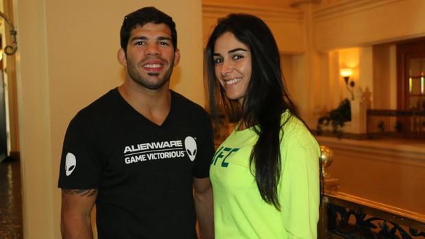 Raphael Assunção e namorada (Foto: Evelyn Rodrigues)