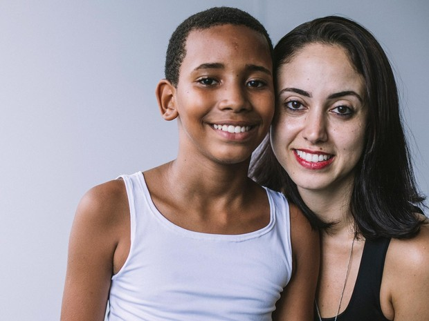 Thiago Nascimento ao lado da professora e incentivadora Juliana Stagliorio (Foto: Matheus Pirajá/Divulgação)
