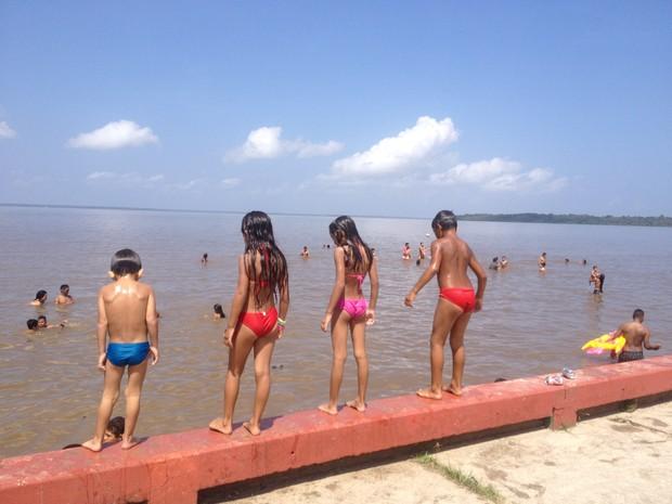 Crianças se divertiram na orla de Fazendinha (Foto: Jéssica Alves/G1 AP)