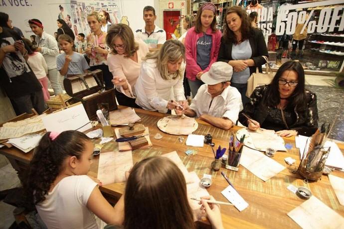 Todo mundo aprendeu a escrever com uma bela caligrafia de época (Foto: Luiz Renato Corrêa/RPC)