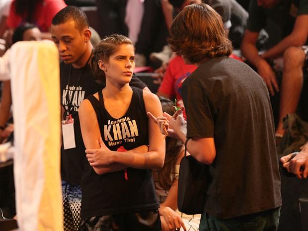 Pouco antes da luta, Pedro ainda tenta fazer a cabeça de Karina (Foto: Isabella Pinheiro/Gshow)