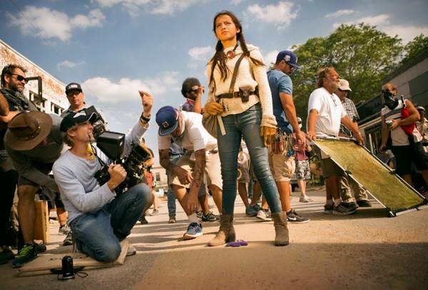 Isabela no set de Transformers: atriz vem ao Brasil no dia 10 ao lado do diretor Michael Bay (Foto: Divulgação)