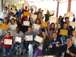 Alunos recebem certificado do curso (Foto: Divulgação / AI)