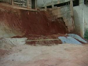 Terra cedeu e ajudante de pedreiro morre soterrado em obra no Sul do ES (Foto: Reprodução/TV Gazeta)