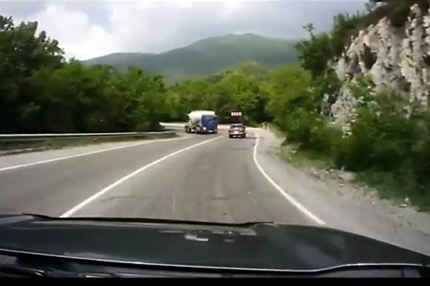Acidente foi filmado por motorista que vinha atrás. (Foto: Reprodução)
