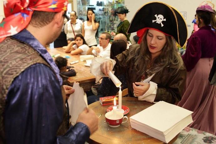 Piratas auxiliaram o público com os papiros (Foto: Luiz Renato Corrêa/RPC)