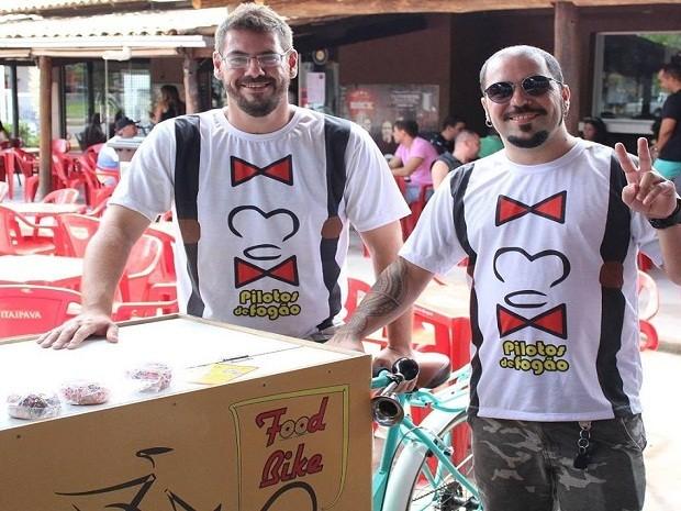 Amigos montaram a Food Bike e vendem doces nas ruas de Itaúna (Foto: Food Bike/Divulgação)