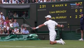 Liam Broady escorrega e rebate bola  de joelhos no Torneio de Wimbledon