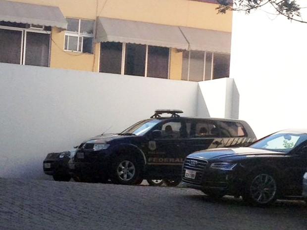 Segundo testemunhas, PF chegou ao condomínio de Geddel no início da manhã desta sexta (Foto: Clériston Santana/TV Bahia)