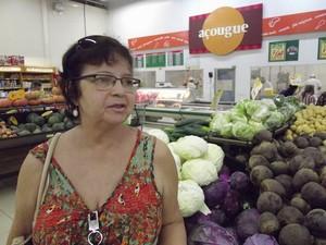 Aldenora Torres reclama da qualidade de legumes e verduras nas gôndolas (Foto: Fabio Pontes/BBC)