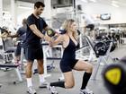 Cátia Paganote mostra a série de exercícios que faz diariamente em academia no Rio
