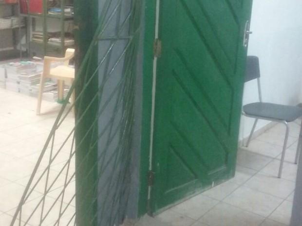 Portas, grades e janelas foram arrombadas na escola que fica em Macaíba  (Foto: Sueli Melo)