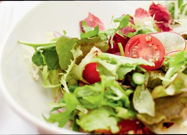 O cardápio deve ser reformulado e incluir alimentos com vitaminas e minerais (Foto: Thinkstock)