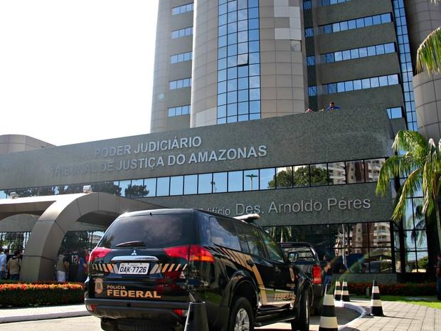 Policiais federais foram ao TJAM em busca de provas de envolvimento com esquema investigado (Foto: Suelen Gonçalves/G1 AM)
