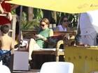 Lindsay Lohan aproveita o domingo de Páscoa em praia em Florianópolis