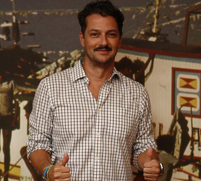 Marcelo Serrado brinca ao posar para o Gshow; o ator dará continuidade ao trabalho de Rafael Vitti e aparece, pela primeira vez, com o bigode do personagem (Foto: Inacio Moraes/ Gshow)