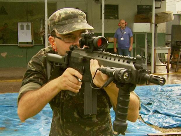 Nova arma é resultado de três anos de pesquisa do Exército brasileiro (Foto: Reprodução EPTV / Marcelo Rodrigues)