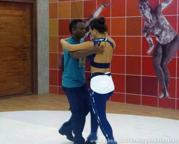 Edílson e Lidiane se dedicam ao foxtrote (Foto: Domingão do Faustão/TV Globo)